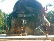 Der große Fels ähnelt dem Linga, das zackige Stück Kailash.