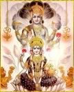 Flankiert von Ganesha sitzt die Münzen streuende Laxmi im Lotus; hinter ihr steht Shiva