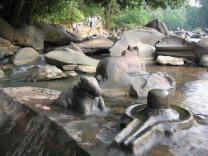 Nandi ruht bei Linga und Yoni. Alles im Fluss.