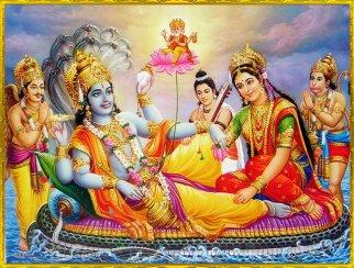 Laxmi Narayana mit ruhendem Vishnu. Hinter Laxmi Hanuman