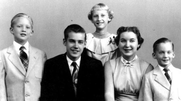 Dieses Bild hat ein leeres alt-Attribut; sein Dateiname ist donald-trump-as-a-boy-far-left-with-siblings-fred-elizabeth-maryanne-and-robert.jpg.